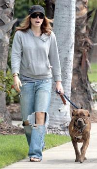 Igralka Jessica Biel na sprehodu s psom